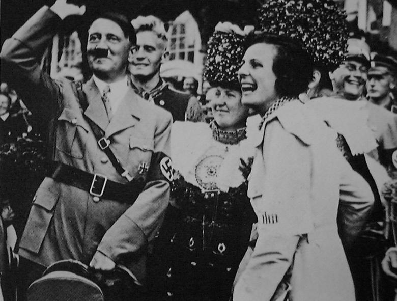 Leni Riefenstahl en Hitler tijdens de opnamen van Triumph des Willens (1934)